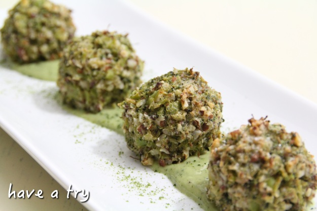 Crispy Brokkolibällchen mit Matchasauce (vegan, glutenfrei, laktosefrei)
