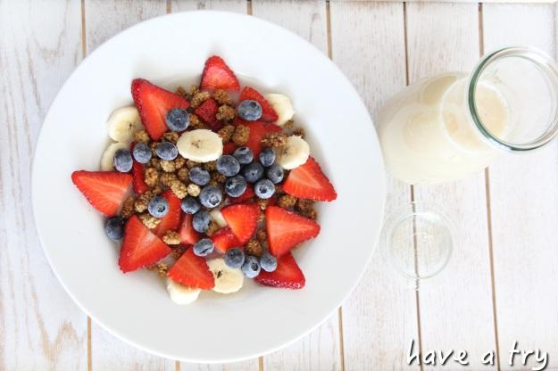 Crunchy Maulbeeren-Fühstück mit Bananenmilch (roh, vegan, glutenfrei, laktosefrei, 801010)