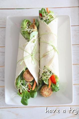 Falafel - vegane Kichererbsenbällchen im Wrap mit Sesamsauce