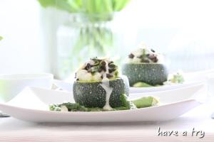 gefüllte Zucchini (Champignon-Risotto) mit grünem Spargel, Mandelsauce und Bärlauchpesto (vegan, glutenfrei)