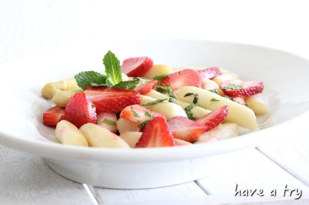 Spargelsalat mit Erdbeeren und frischer Minze (vegan, glutenfrei)
