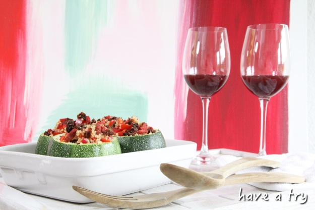 Gefüllte Zucchini mit Quinoa-Tomaten-Paprika-Salat und Gojibeeren (vegan, glutenfrei, sojafrei)
